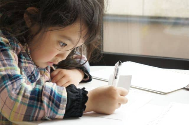 文字を書く女の子